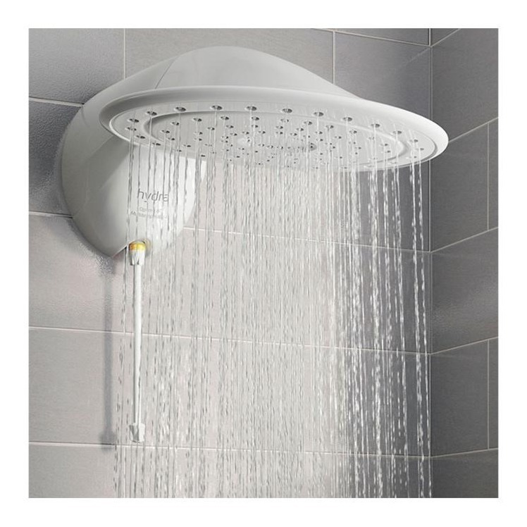 imagem frontal de um chuveiro redondo em funcionamento.