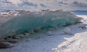 Захватывающий вид ледяного затопления на берегу Байкала.