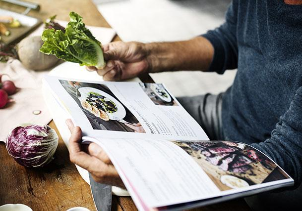 Une image contenant personne, intérieur, plat, légume Description générée automatiquement