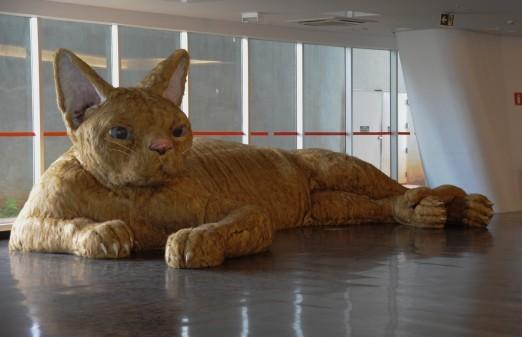 Gato gigante deitado em exposição no Museu de Arte Contemporânea em SP.