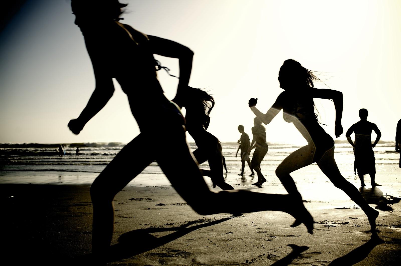 Girls_running_on_the_beach_(62902).jpg