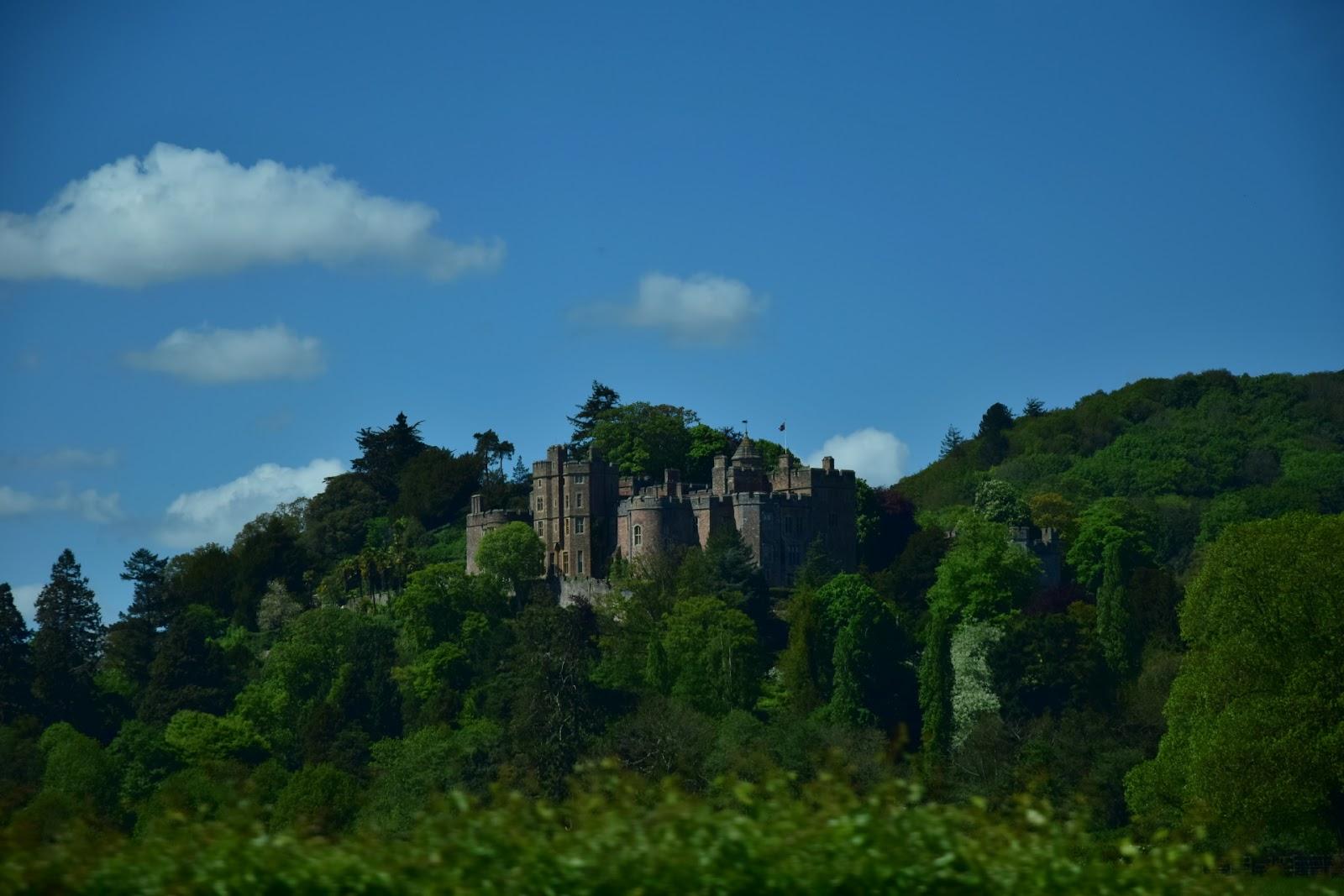 """(<img alt=""""dunster castle"""">)"""