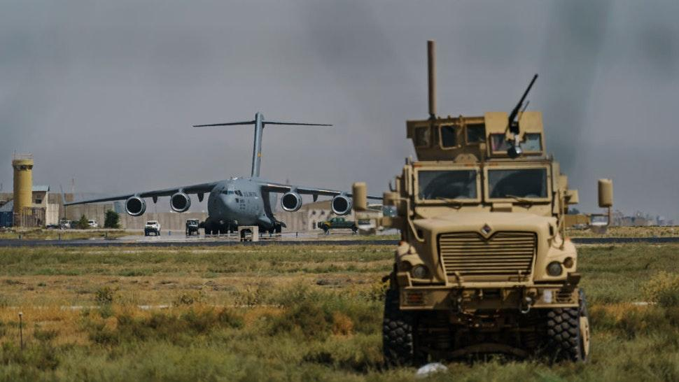 KABUL, AFGHANISTAN -- AUGUST 29, 2021: A view of the C-17 Globemaster prepares to take off in the Hamid Karzai International Airport in Kabul, Afghanistan, Sunday, Aug. 29, 2021. (MARCUS YAM / LOS ANGELES TIMES)