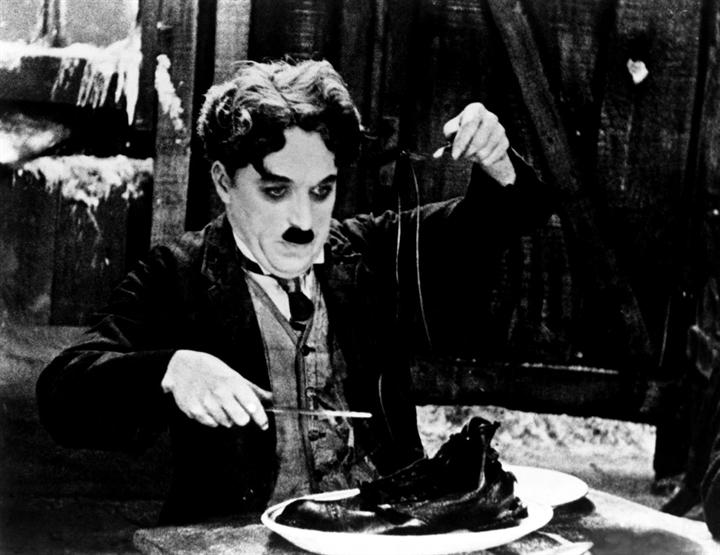 Charlie Chaplin comió un zapato en su película, recordando un evento de su niñez