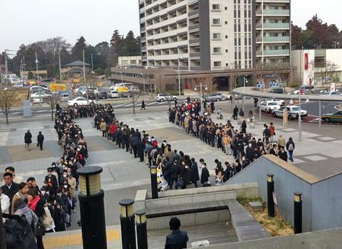 Image result for cứu trợ động đất ở Nhật