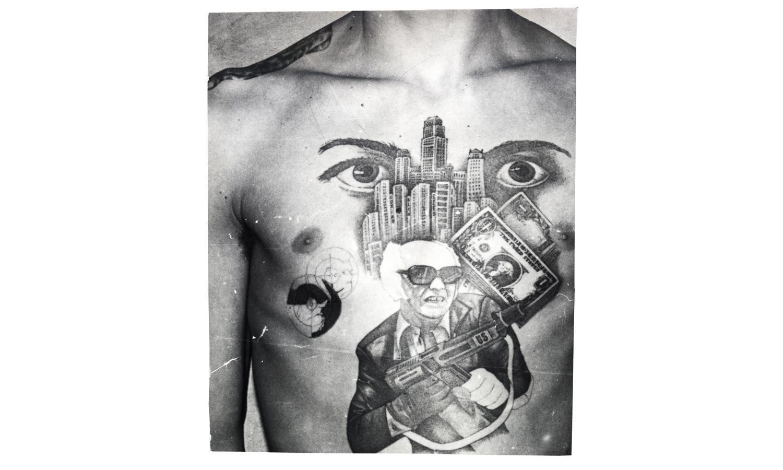 Долларовые купюры, небоскребы и автомат с аббревиатурой US говорят о любви заключённого к образу жизни американской мафии. Глаза означают «Я слежу за тобой» (за другими заключенными в тюрьме или лагере).
