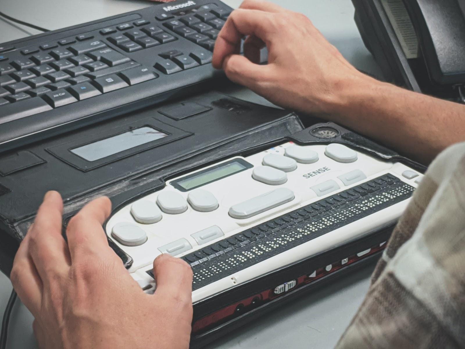 Para navegar na internet, muitas pessoas com deficiência visual usam um display Braille, aparelho que transforma as informações do site em escrita tátil Braille. (Foto: Unsplash)