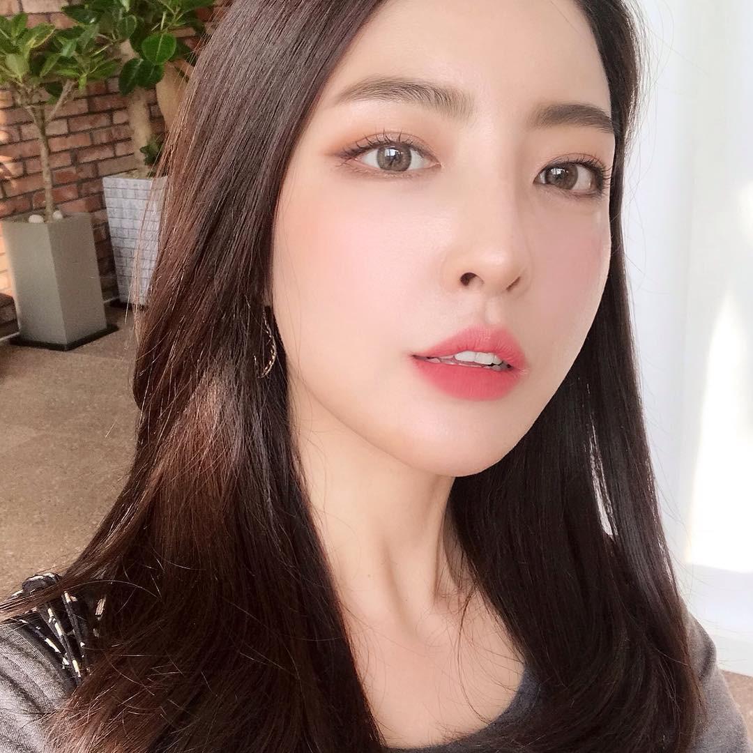 Nếu không chơi nổi màu hồng đậm như Hyuna, hãy thử hồng cánh sen nhạt trước nàng nhé!