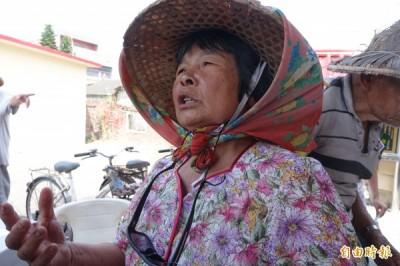 世居彰化縣大城鄉台西村的阿嬤許曹李抱怨,六輕來了,「吃飯配煙」。(記者劉曉欣攝)