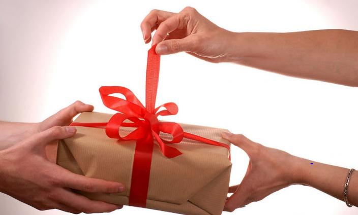 Tạo bất ngờ cho đối phương bằng cách tặng cho họ những món quà mà họ thích