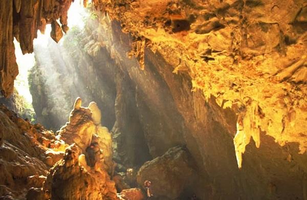 Lớp thạch nhũ lấp lánh trong Hang Chiều.