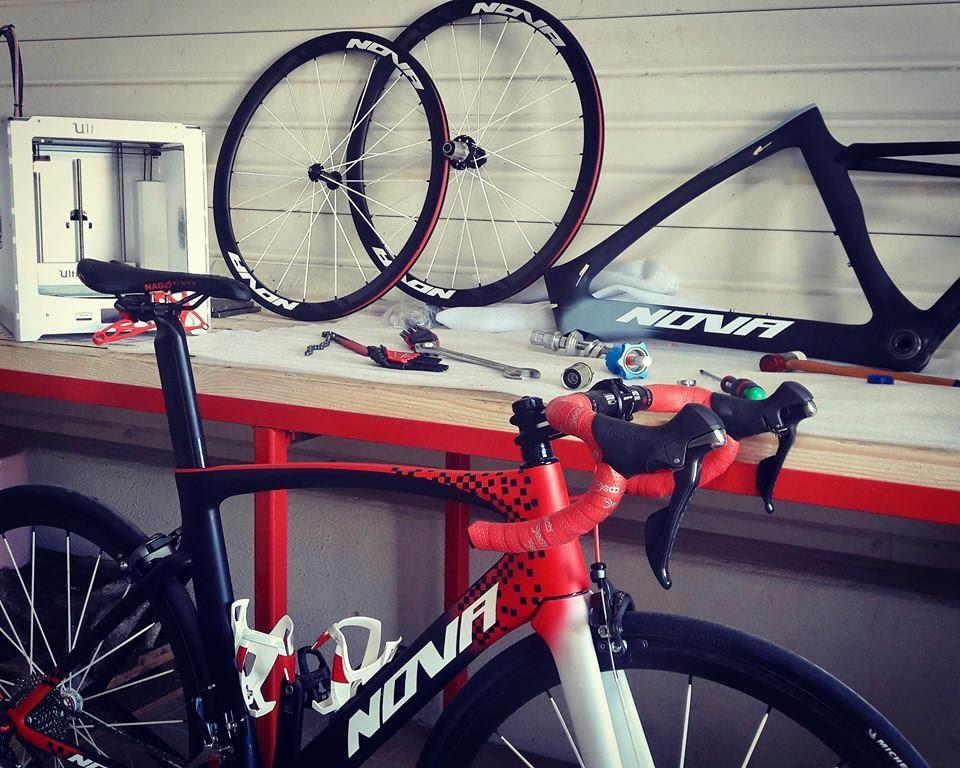 Une image contenant vélo, rouge, mur, bâtiment  Description générée avec un niveau de confiance très élevé