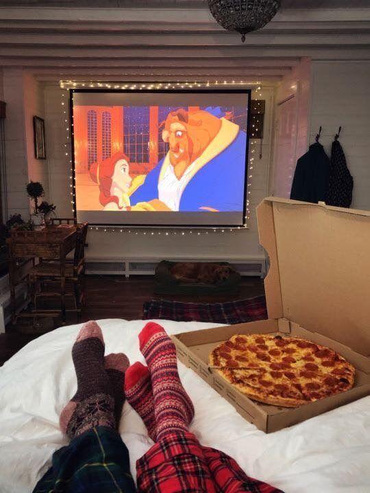 Imagen que contiene interior, tabla, edificio, pizza  Descripción generada automáticamente