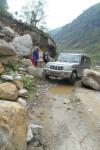 गोरखा जिले के बरपाक क्षेत्र की एक दुर्गम सड़क पर जीप में लदी राहत सामग्री के साथ दिनेश परसाई