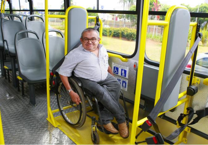 Cadeirante em ônibus especial em Uberlândia