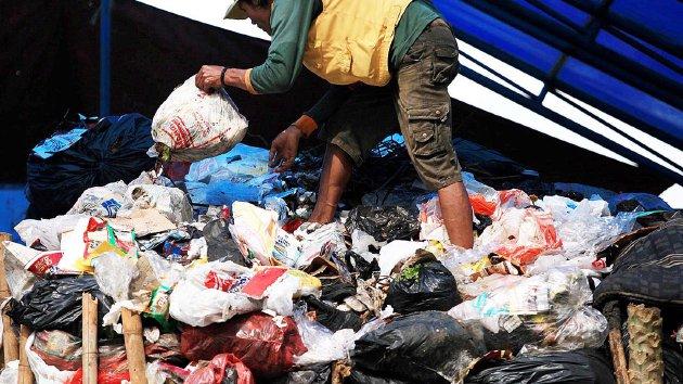 Petugas TPS Jalan Tamansari, Bandung, Jawa Barat, menata tumpukan sampah sebelum diangkut ke tempat pembuangan akhir, Sabtu (23/1). Dalam sehari, di Bandung diperkirakan dihasilkan sekitar 200 ton sampah plastik.