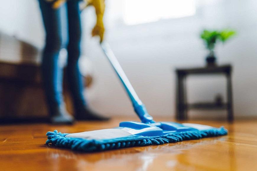Lau khô sàn nhà để giảm nồm ẩm