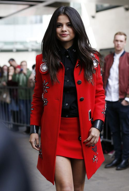 What Colors Do Selena Gomez Often Wear ?