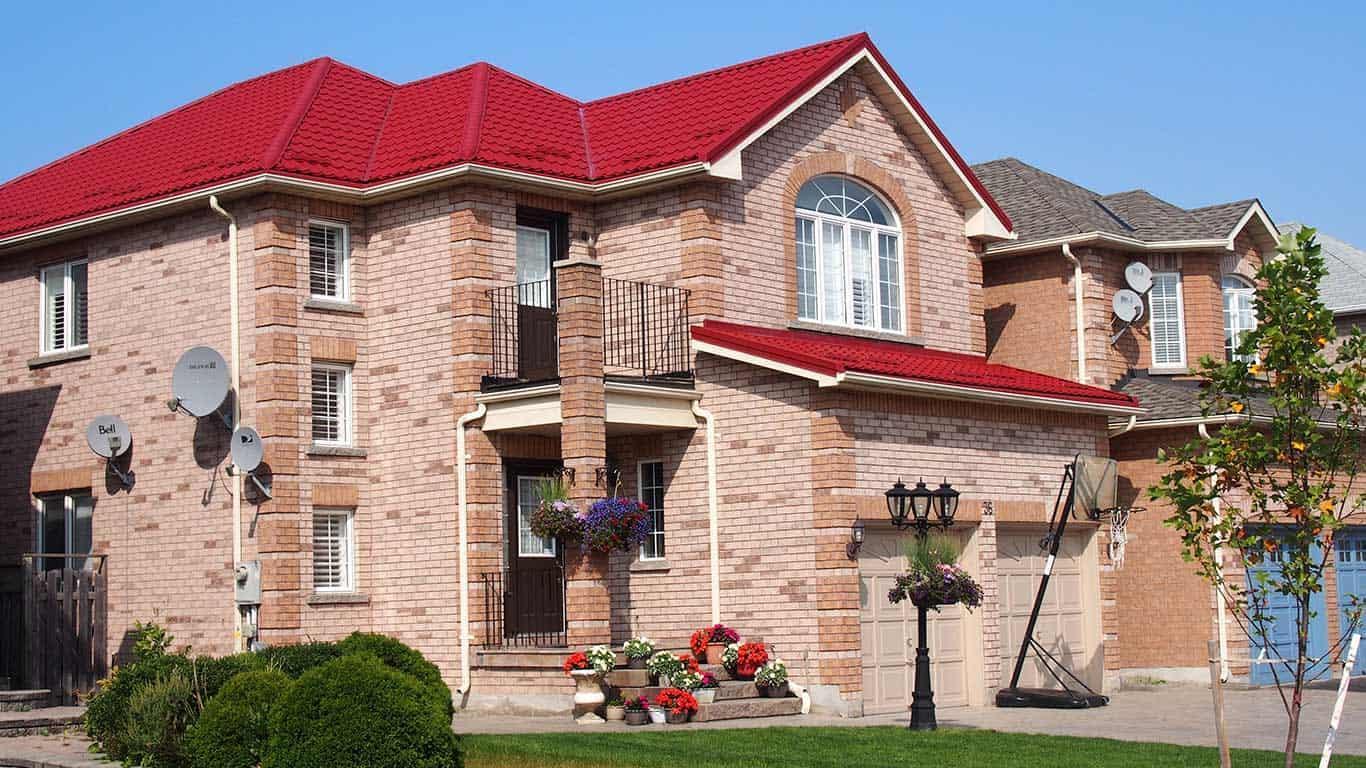 Nhà gạch với mái tôn sóng ngói màu đỏ đậm