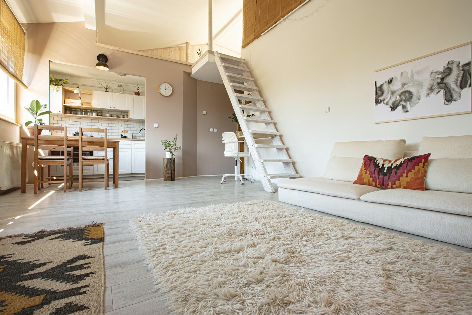 kicsi de világos nappali konyha natúr falszínekkel