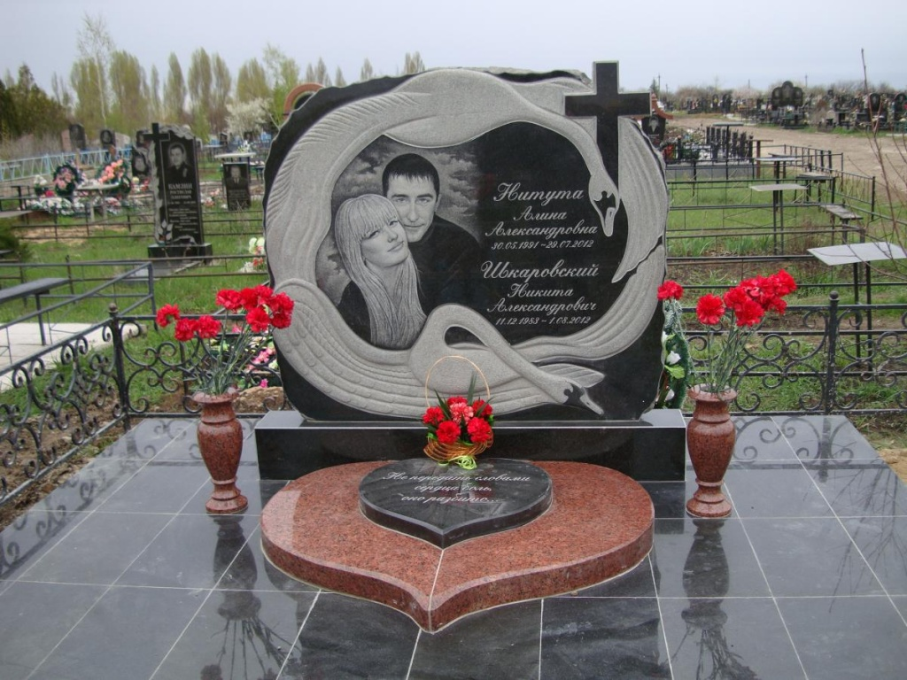Памятник Роза из двух видов гранита Пыталово надгробие тюркское