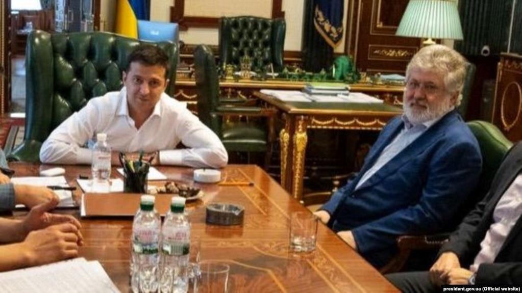 У 2019 році олігарх Ігор Коломойський називав Володимира Зеленського своїм бізнеспартнером, а після виборів заявляв, що морально підтримує його. У 2021 році – Зеленський підтримав санкції США проти Коломойського.