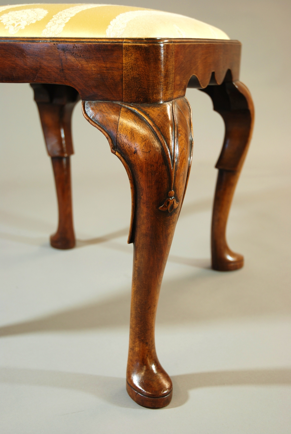 http://www.lvsdecorativearts.co.uk/upload/images/shopprod/11601/early-20thc-walnut-cabriole-leg-stool_11601_pic4_size3.jpg