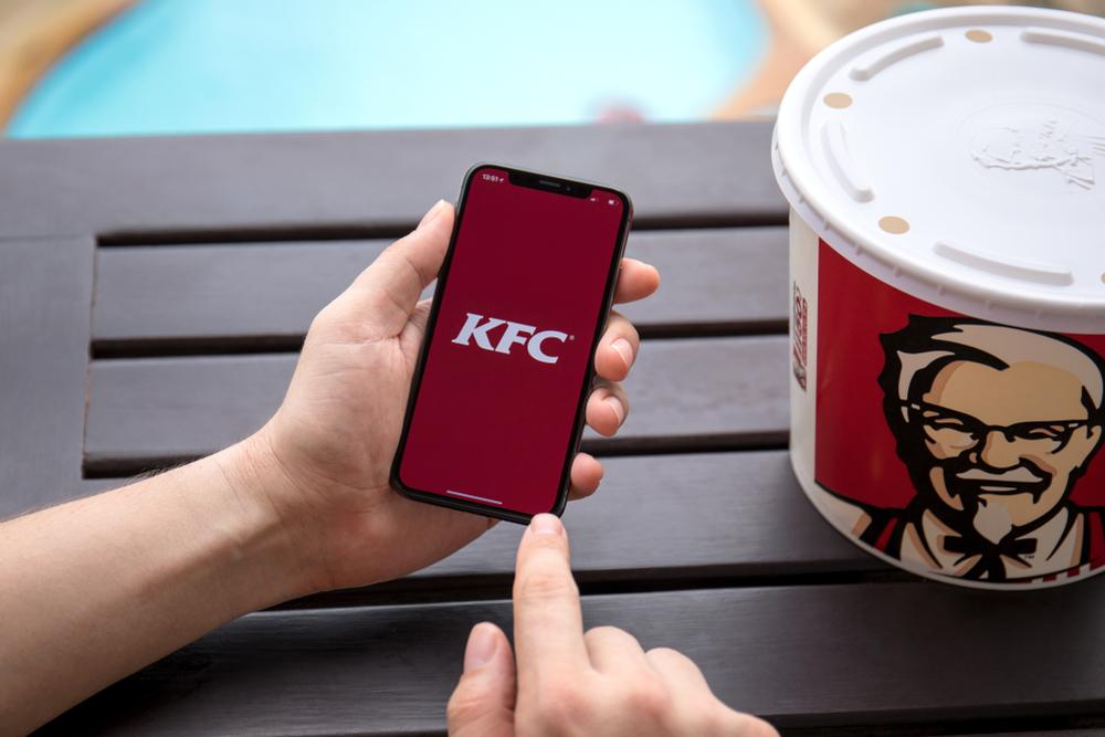 No food truck autônomo da KFC, pedido e pagamento são totalmente automatizados.