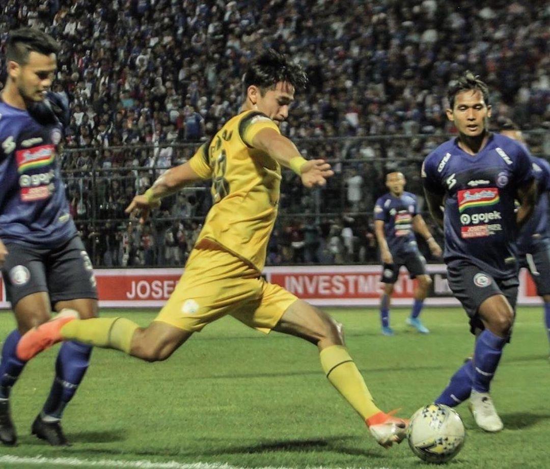 Kwan Adsit on the ball for Barito Putera against Arema Malang