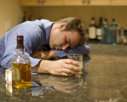 Abstinentnyy el síndrome al alcoholismo y la narcomanía