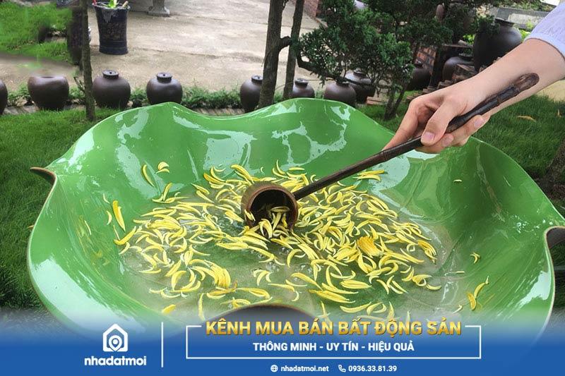 Chuẩn bị nước tắm Phật