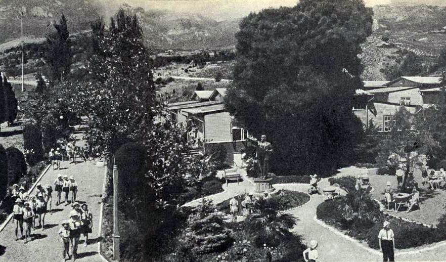 Артек в 1930-е. Любопытный факт: сборные деревянные домики - британского производства