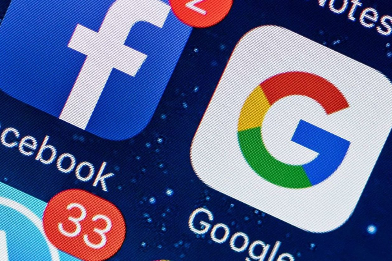 ilustrasi aplikasi Google dan Facebook pada smartphone