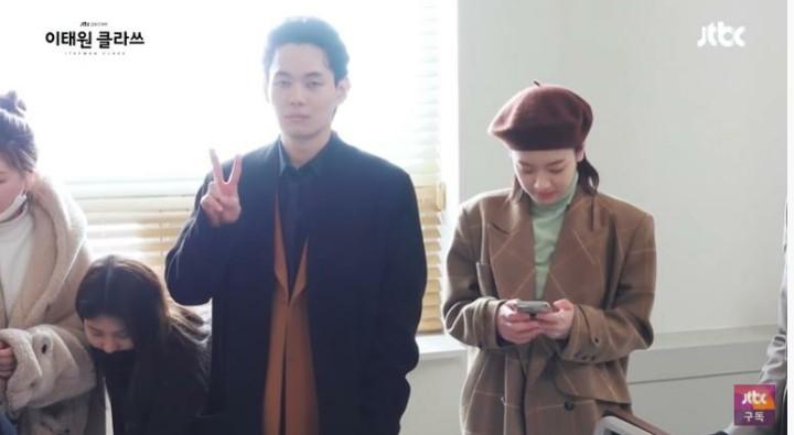 Kwon Nara hồn nhiên reaction cảnh tình tứ của Park Seo Joon và tình địch ở hậu trường Tầng Lớp Itaewon, hơi kì nha! - Ảnh 7.