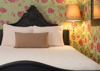 کاغذ دیواری گل سبز در اتاق خواب