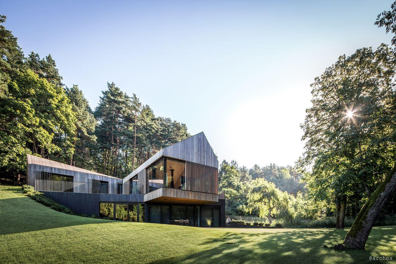 Här ser du en miljövänlig villa omgiven av tallskog. Furufasaden kompletterar det omgivande området och ger villan ett harmoniskt uttryck.
