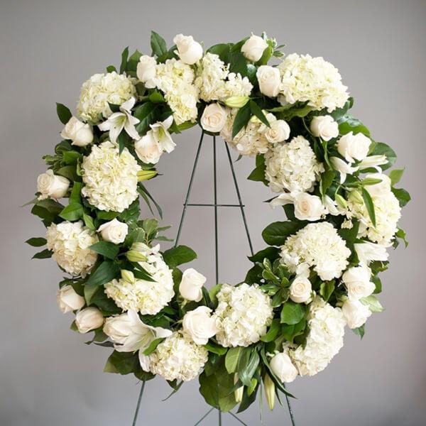 Ảnh có chứa hoa, bàn, trong nhà, tường  Mô tả được tạo tự động