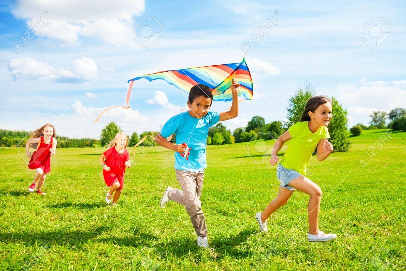 http://previews.123rf.com/images/serrnovik/serrnovik1311/serrnovik131100297/24234068-Grupo-de-cuatro-peque-os-hijos-ni-o-y-ni-as-corriendo-con-la-cometa-en-el-parque-el-d-a-de-verano-Foto-de-archivo.jpg