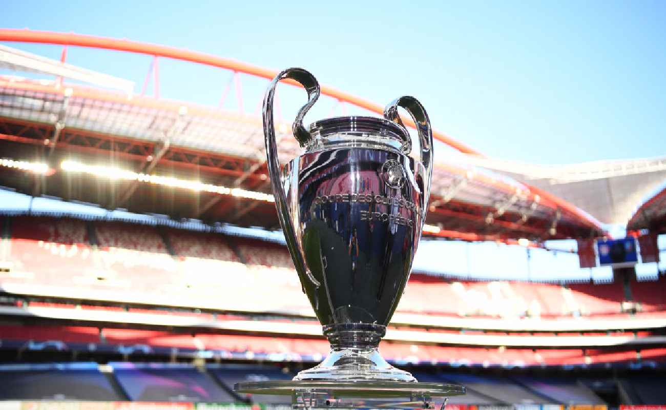 Alt: The Champions League trophy on the side of the pitch.