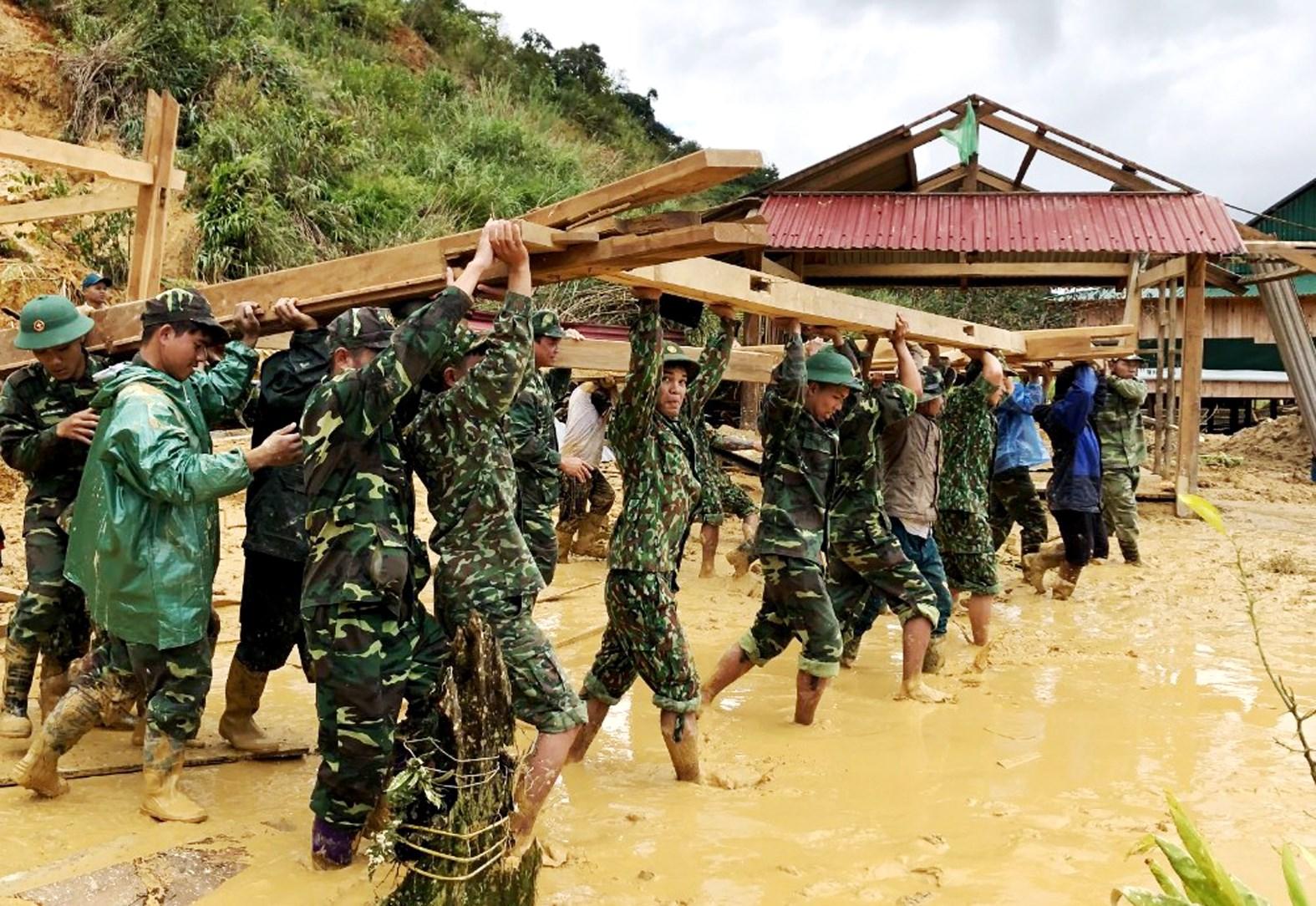 Lực lượng quân đội giúp dân gia cố nhà cửa