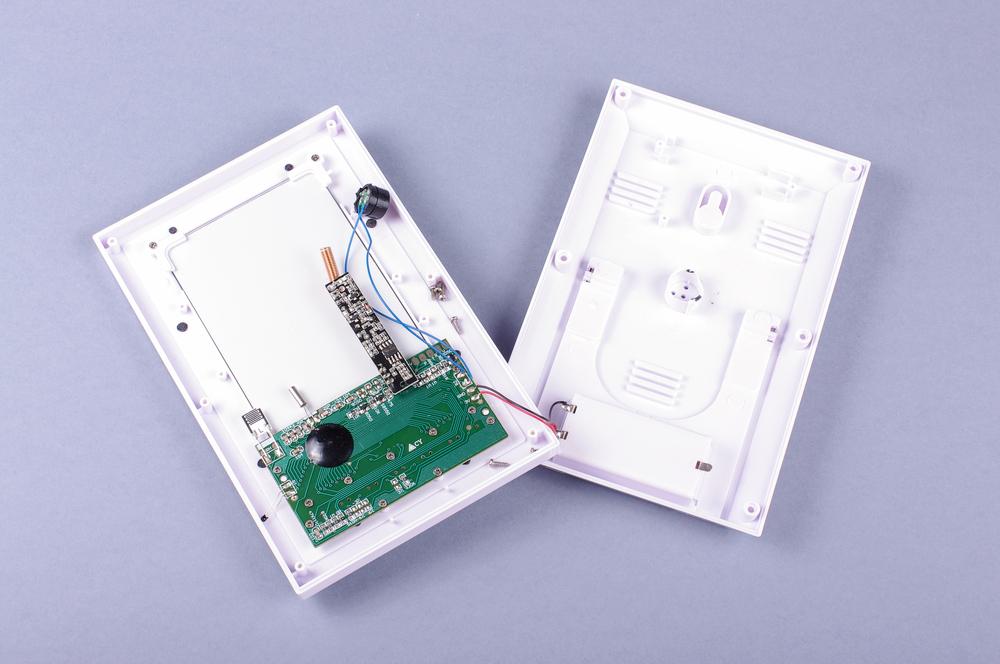 Una carcasa de plástico es uno de los elementos de protección de circuitos electrónicos más simple
