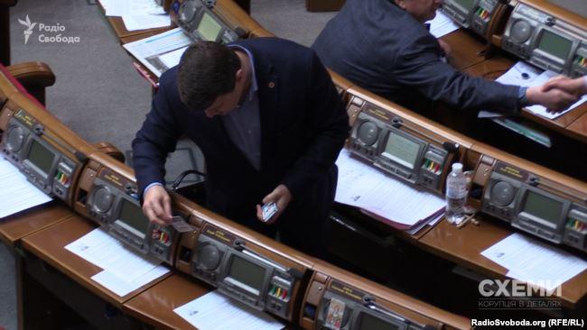 Депутат Вадим Івченко розкладає картки за депутатів фракції «Батьківщина»