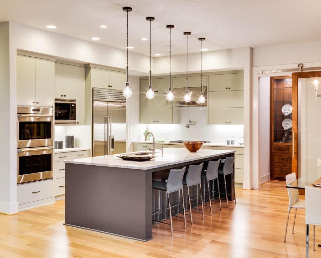 Inspirasi penataan lampu di dapur - source: abm-elec.co.uk