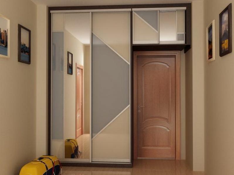 Вариант шкафа-купе обрамляющего входную дверь