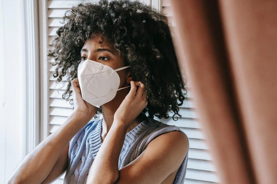 Para diminuição de contágio em ambientes fechados, o uso correto de máscaras, preferencialmente do tipo PFF2 ou N95 é fundamental.  Fonte: (Pixabay/Sora Shimazaki/Reprodução)