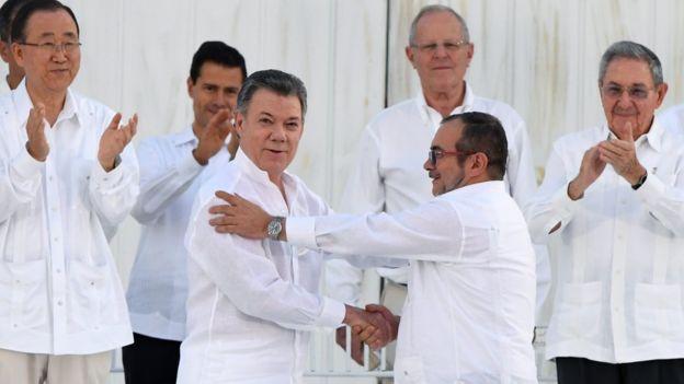 El presidente de Colombia Juan Manuel Santos saluda al líder de las Farc, Timochenko en Cartagena de Indias, Colombia.