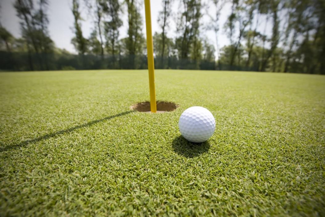Golfboll nära hål