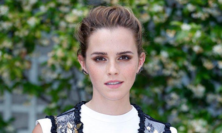 Emma Watson sonriendo ligeramente para que le tomen una fotografía