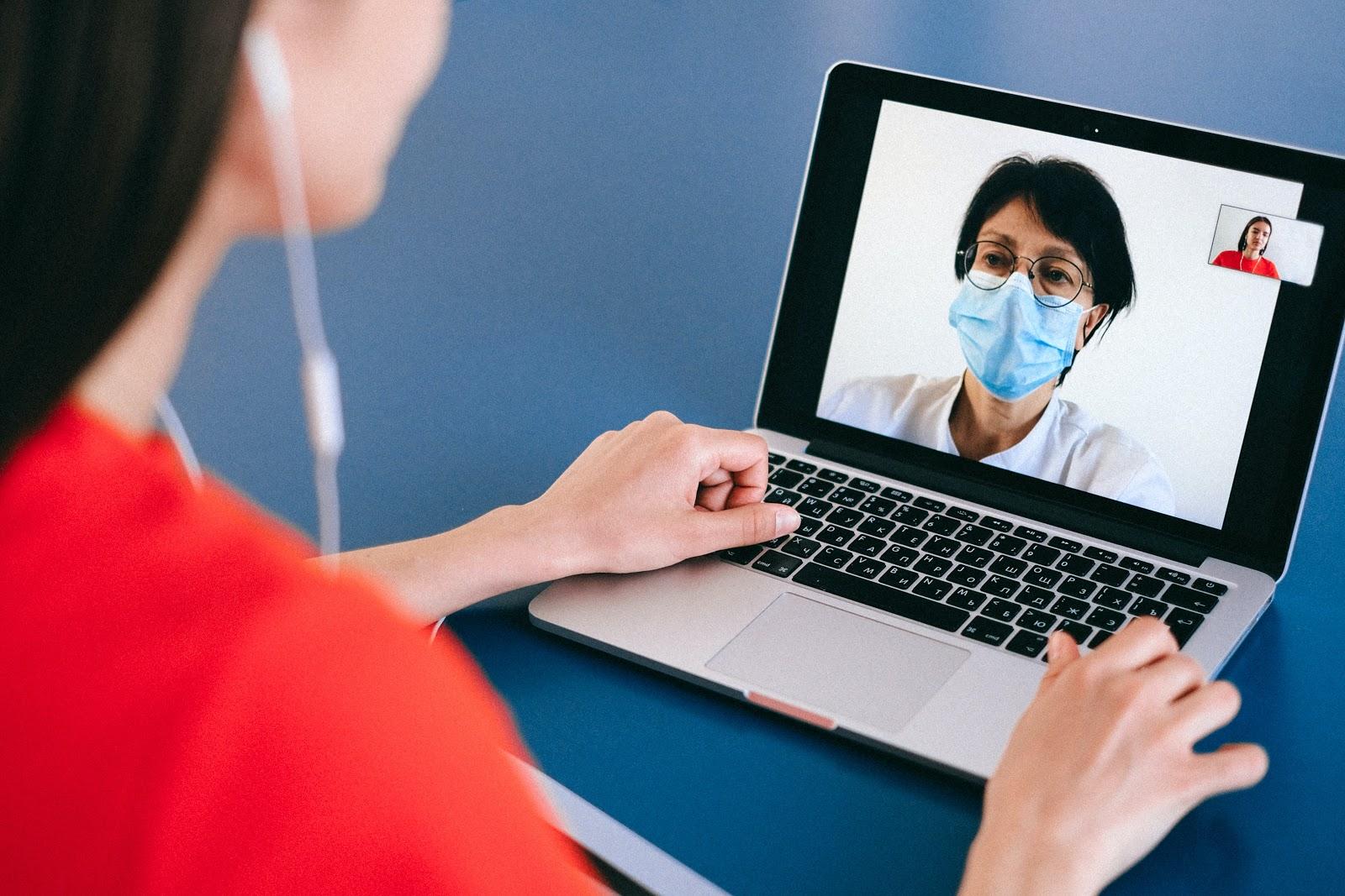 Quase metade dos jovens tem preferência pelo atendimento médico online. (Fonte: Pexels)