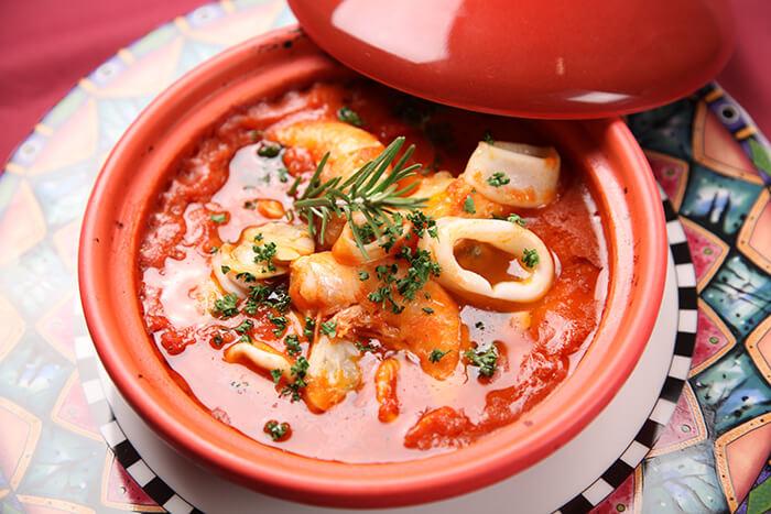 花枝跟酸酸甜甜的茄汁燴海鮮是絕配,不管做成燴麵、義大利麵、燉飯都很適合。